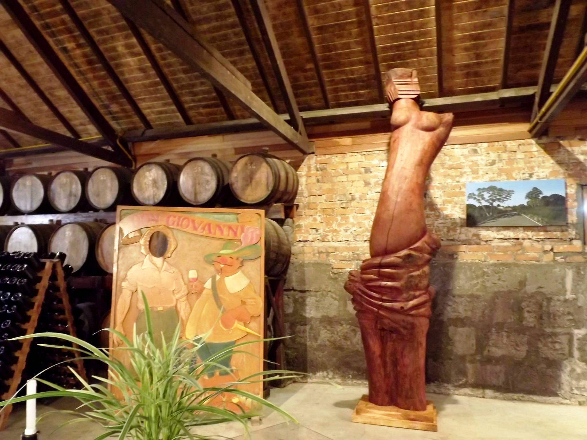 Escultura com tronco de árvore na vinícola Don Giovanni